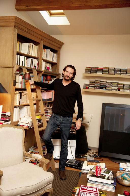 Frédéric Beigbeder. Mythe de l'écrivain devant sa bibliothèque / ©The Selby