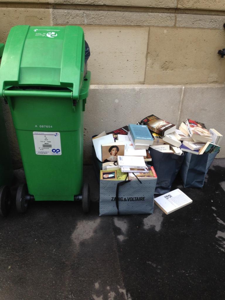 Des livres à la poubelle